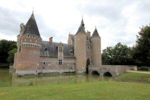 Château du Moulin, Haupteingang und Brücke