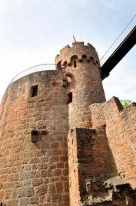 Einer der Türme von Burg Montclair im Saarland (Deutschland)