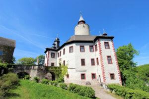 Burg Posterstein in Thüringen, Seitenansicht mit Brücke und Bergfried