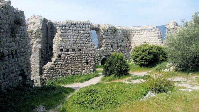 Burg Aguilar (Frankreich), Blick auf den Innenhof
