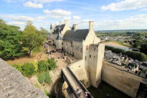 Blick von oben auf den Palas von Burg Chinon