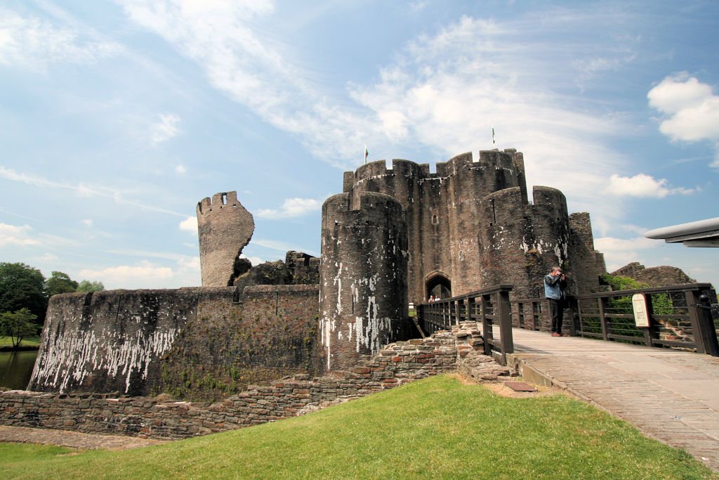 Caerphilly-Castle-Wales_0634_frontal