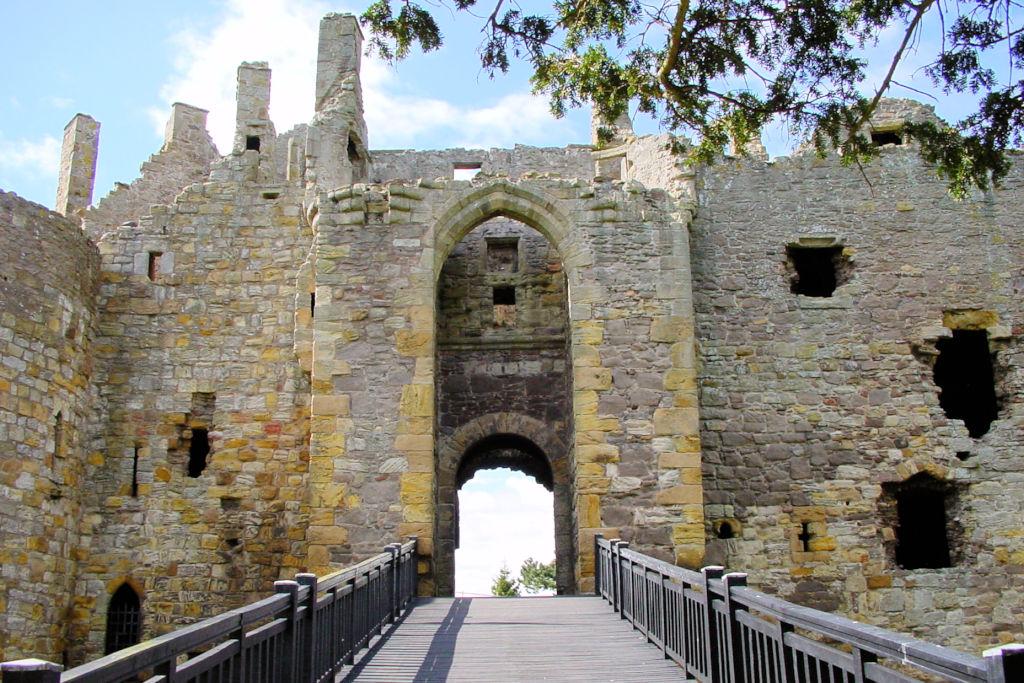Dirleton-Castle-Schottland_0073_Hauptor-frontal