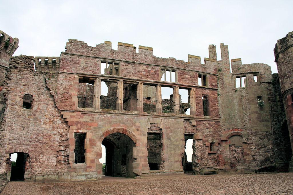Raglan-Castle-Wales_0712_Palas