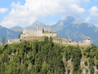 Burg Reutte, Tirol - Seitenansicht von Süden (Hängebrücke)