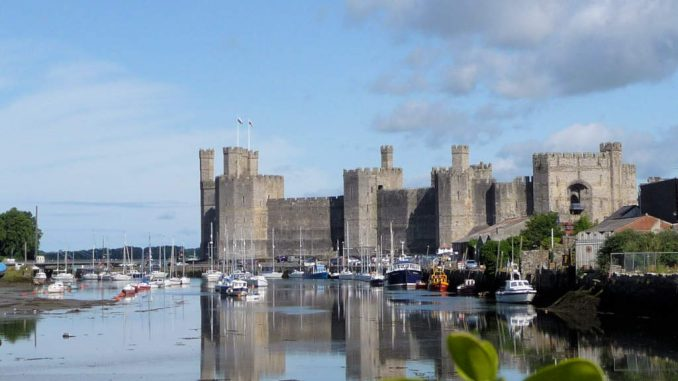 Caernarfon-Castle_Wales_am-Fluss