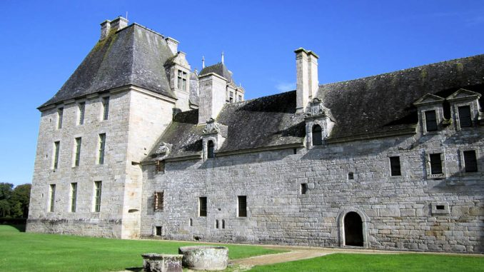 Chateau-de-Kerjean_0762_Rueckseite-mit-Brunnen