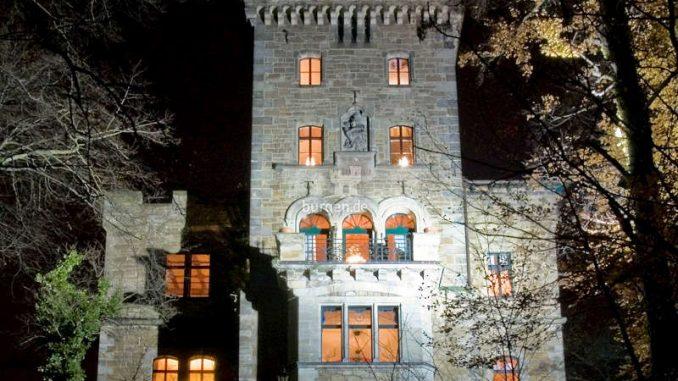 Hotel-Schloss-Wetzelstein_Fassade-bei-Nacht