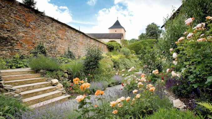 Schloss-Rosenburg_wundervoller-Blumengarten_Lichtstark-V5J4489
