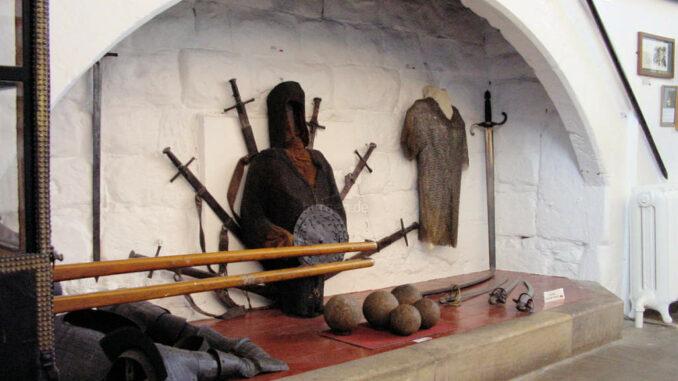 Bamburgh-Castle_0060_Innendetail-Ruestung