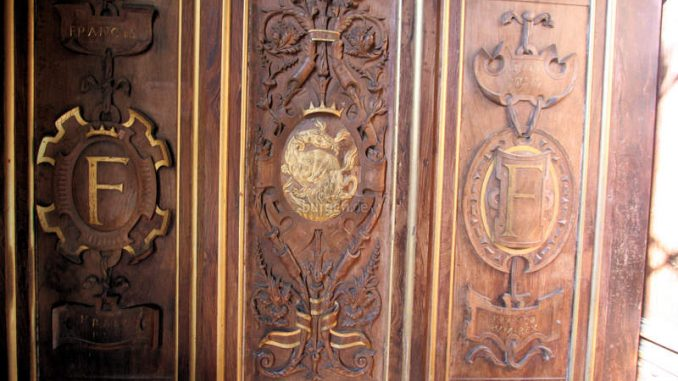 Chateau-de-Fontainebleau_9206_Wappen-Holzschnitt