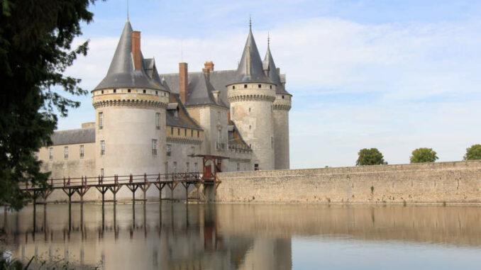 Chateau-de-Sully-sur-Loire_7504_Spiegelung-im-Wasser