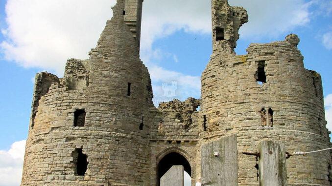 Dunstanburgh_0074_Torhaus-von-aussen