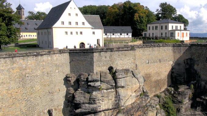 Festung-Koenigstein_Südseite-mit-Felsen-und-Alt