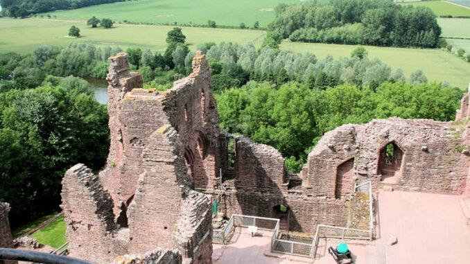 Goodrich-Castle_0695_Innenhof-1