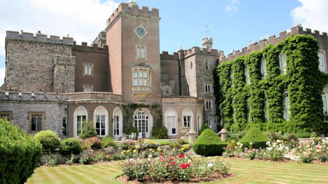 Powderham-Castle_1241_Blick-aus-dem-Garten-1