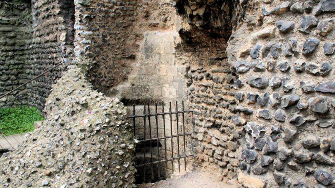 Canterbury-Castle_7531_Brunnenschacht