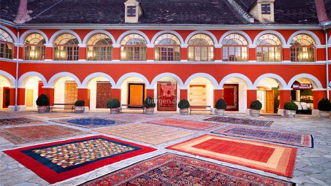 Schloss-Kornberg-Innenhof-mit-Teppichen