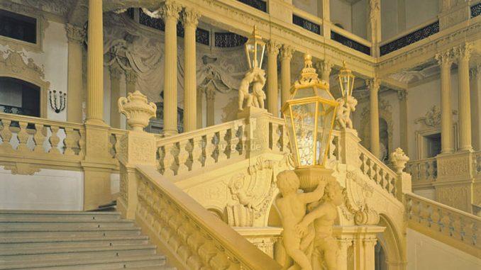 Schloss-Weissenstein_1539078983-Treppenhaus