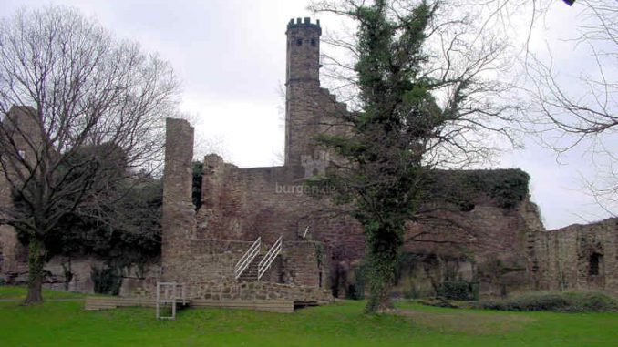 Burg-Hardenberg_Bergfried-und-Innenhof_0011