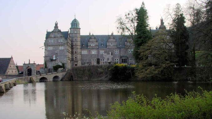 Schloss-Haemelschenburg_Teich