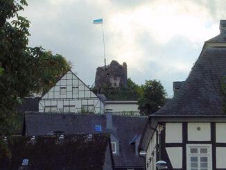 Burg Eversberg, Nordrhein-Westfalen - Ansicht vom Ort