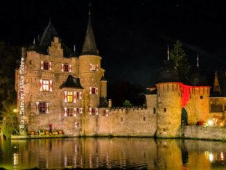Burg Satzvey (Nordrhein-Westfalen) - Seitenansicht bei Nacht - © Burg Satzvey / Mike Göhre