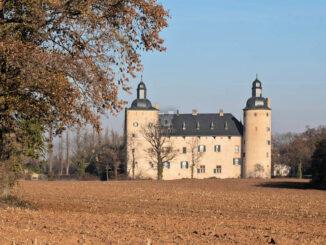 Burg Veynau im Herbstlicht © Alupus / Wikicommons; CC BY-SA (cropped, recoloured)