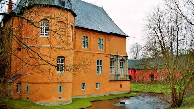 Schloss-Rheydt_mit-Graben