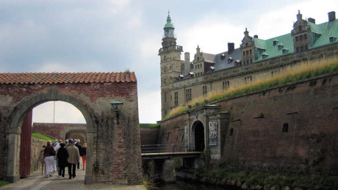 Schloss-Kronburg_erstes-Tor_7748