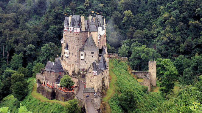 Burg-Eltz_flickr.Heribert-Bechen_31339434875_2fd32429de_800