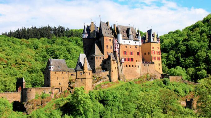 Burg-Eltz_flickr.linesinthesand_8731402918_980490ce92_800
