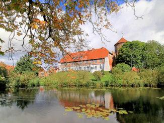 Burg Neustadt-Glewe - Blick über den Teich / © Ralf Ottmann