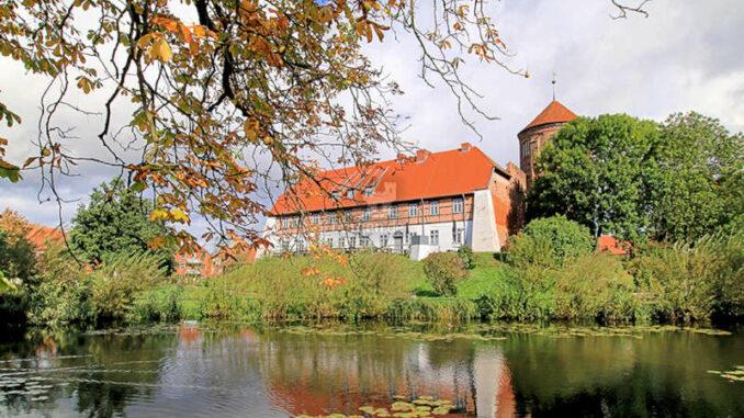 Burg-Neustadt-Glewe-Blick-ueber-den-Burgteich-Foto-Ralf-Ottmann