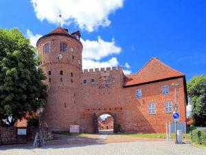 Burg Neustadt-Glewe - Haupttor und neues Haus / © Ralf Ottmann