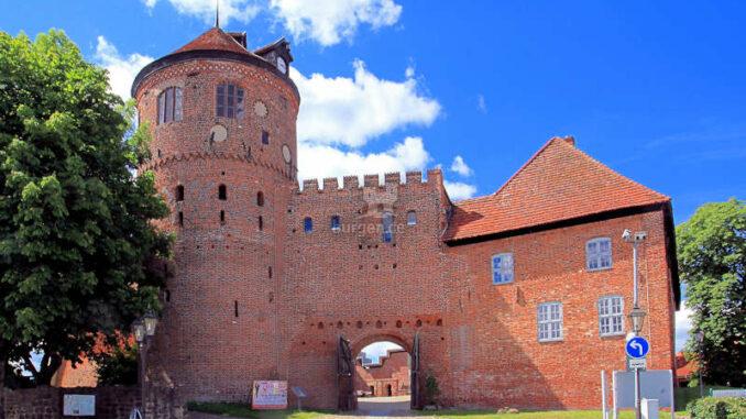 Burg-Neustadt-Glewe-Burgturm-Haupttor-Neues-Haus-Foto-Ralf-Ottmann