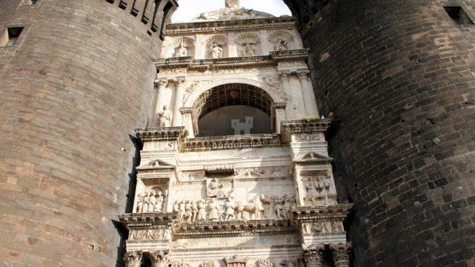 Castel-Nuovo_Neapel_Eingang-Fassade