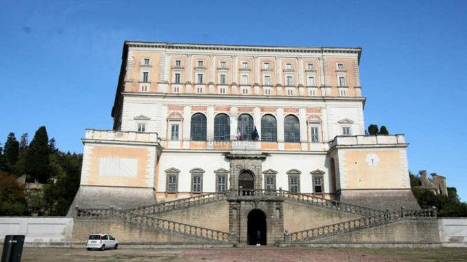 Palazzo-Farnese_Caprarola_Vorderseite+Eingang_9782