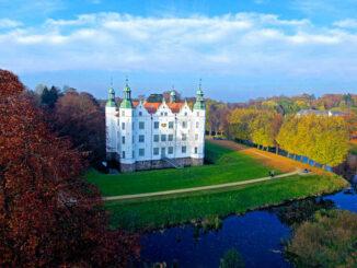 Schloss Ahrensburg, Schleswig-Holstein - Blick von oben auf Schloss und Gärten; © Raphael Cornwell