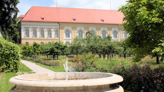 Schloss-Dachau_Brunnen_5369