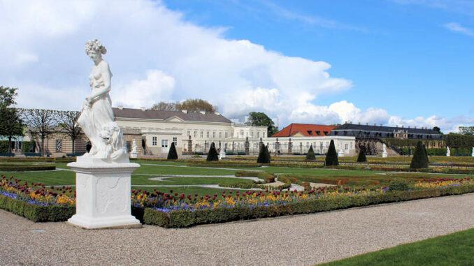 Herrenhausen_Schloss-mit-Statue_4227