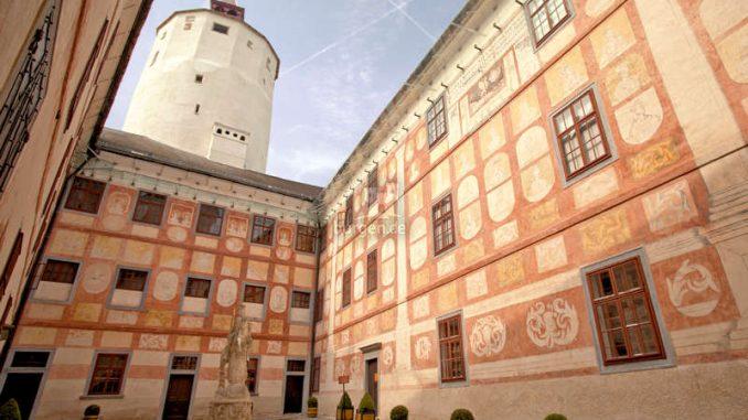 Burg-Forchtenstein_Innenhof-1305_c-Foto-im-Lohnbuero_HQ