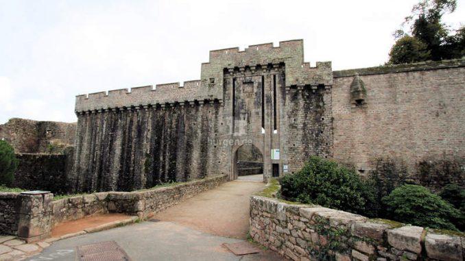 Chateau-de-Clisson_Erstes-Torhaus_8510