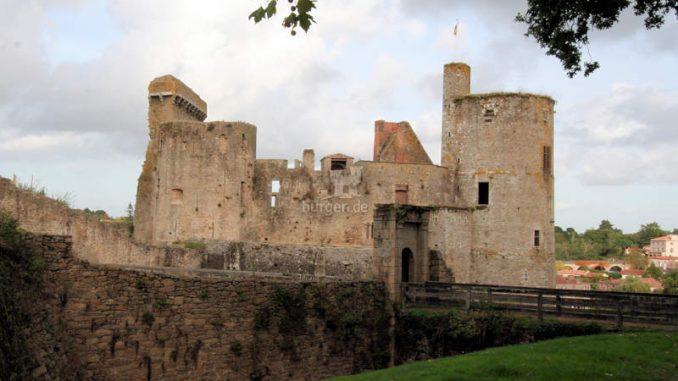 Chateau-de-Clisson_Seitenansicht-mit-Bruecke_8542