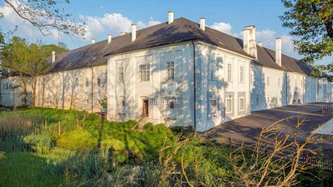Schloss-Lackenbach_Innenhof-8160_c-AndreasHafenscher