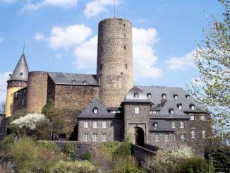 Genovevaburg - Seitenansicht mit Bergfried © Stadt Mayen