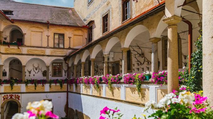 Burg-Clam_Arkadenhof-Sommer