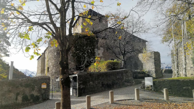 Schattenburg_Eingang-Richtung-Burg