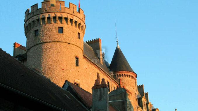 Chateau-Lapalisse_Fassade-im-Sonnenuntergang_c-lapalissetourisme