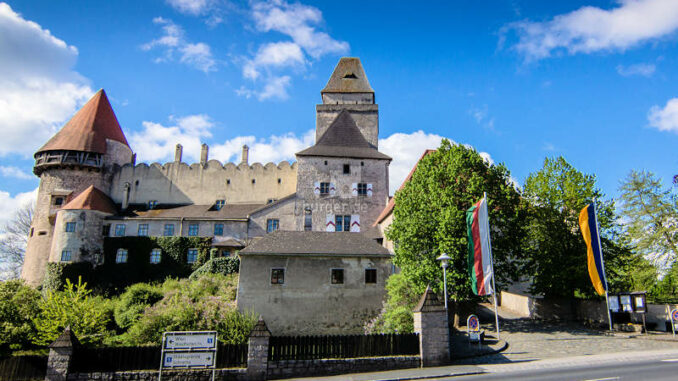 Burg-Heidenreichstein_Ansicht-mit-Flaggen_c-Andreas-Maringer-i.-A.-Kinsky_sches Forstamt-Burg-Heidenreichstein-GmbH-CoOG_800